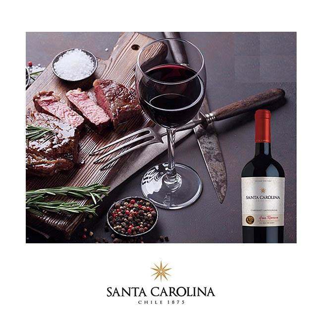 Ly rượu vang SANTA CAROLINA Gran Reserva Cabernet Sauvignon bên bàn tiệc