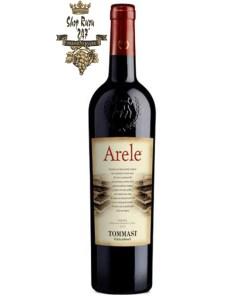 Tommasi Arele Appassimento Delle Venezie IGT có màu đỏ ruby đậm. Hương thơm quyến rũ của quả mâm xôi đen, anh đào đen, mận, thảo mộc khô và gia vị mềm.
