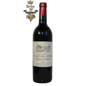 Rượu Vang Đỏ Chateau Cap de Fer Bordeaux Superieur có mầu đỏ grannet đẹp rực rỡ. Hương thơm lan tỏa cảu trái cây chín cùng gợi ý của