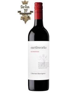 có một màu đỏ thẫm của máu với hương thơm hào phóng của Thung lũng Barossa từ một loại rượu nho hảo hạng: vani, quả việt quất, anh đào chín, sồi khói và hạnh nhân nướng