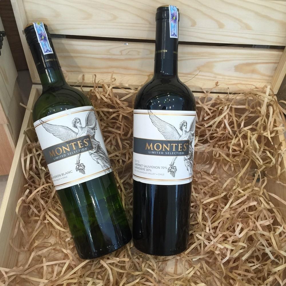 Rượu Vang Chile Đỏ Montes Limited Selection Cabernet Sauvignon-Carmenere có mầu đỏ anh đào đậm sâu pha chút ánh tím.