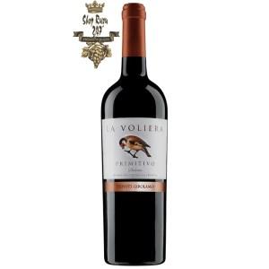 Rượu Vang Ý Đỏ La Voliera Primitivo có mầu đỏ hồng ngọc ánh tím. Hương thơm của trái cây kết hợp với các loại gia vị mềm