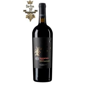 Rượu Vang Đỏ SUD Negroamaro Salento có mầu đỏ ánh tím. Hương thơm mãnh liệt và dai dẳng của các loại trái cây. Hương vị của quả dâu tây, nho đen, mùi trái cây hoang dã và hương vị của vani.