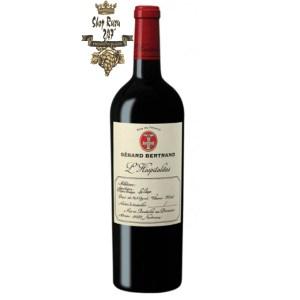 Gerard Bertrand Hospitalitas Parcellaire La Clape có màu đỏ tím đẹp mắt. Hương thơm lan tỏa của trái cây mầu đỏ và đen
