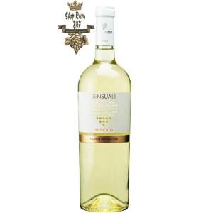 FARNESE Sensuale Moscato có màu vàng rực rỡ . Hương thơm của các loại hoa quả lê, đào, xoài, đu đủ. Hương vị hài hòa, ngọt vào, tươi mới mãnh liệt và dai dẳng điển hình của trái nho mới há