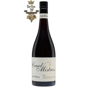 Larry Cherubino Ad Hoc Cruel Mistress Pinot Noir có mầu đỏ anh đào. Hương thơm lan tỏa của anh đào, gỗ sồi, than chì, khoáng chất