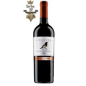 Rượu Vang Đỏ La Voliera Salice Salentino Negroamaro có mầu đỏ đỏ ánh tím. Hương thơm phong phú của các loại trái cây như anh đào, dâu tây