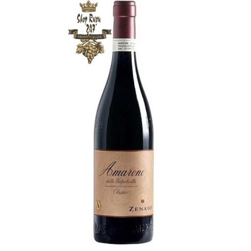 Rượu Vang Đỏ Zenato Amarone Della Valpolicella Classico DOCG có mầu đỏ và khi có tuổi rượu sẽ chuyển mầu đỏ hồng. Hương thơm thanh lịch của anh đào, Marasca anh đào, trái cây khô và mận khô. Hương vị tròn trịa, mượt mà , mềm mại của các loại trái cây.