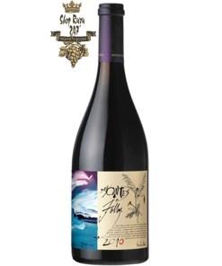 e Montes Folly Syrah có mầu đỏ ruby sâu đậm. Nó cung cấp hương thơm thanh lịch của quả việt quất và nho đen với các ghi chú của socola và bánh mì nướng.