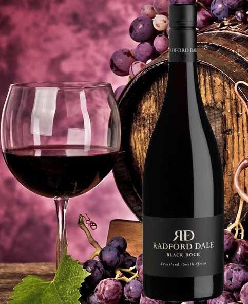 Rượu vang Nam Phi Radford Dale Black Rock Perdeberg Swartland có màu đỏ rực rỡ, với hương vị phức tạp tỏa ra mùi hương hoang dã