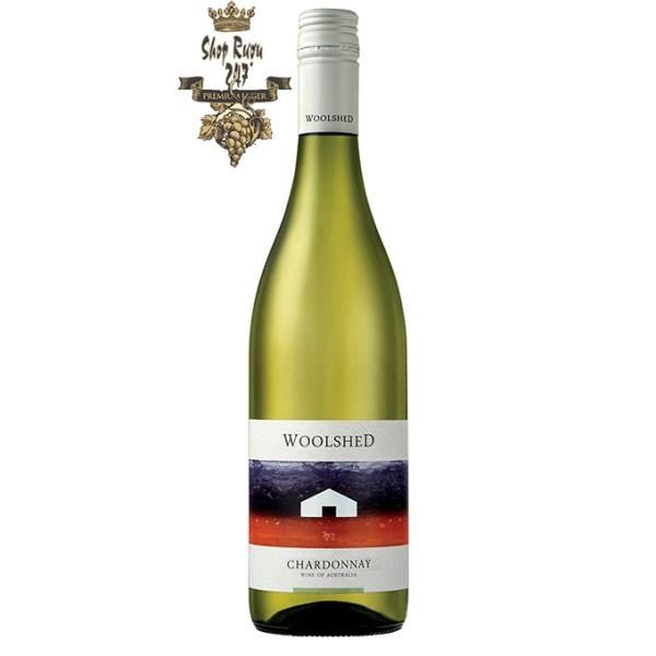 Rượu vang Úc Woolshed Chardonnay White là sự kết hợp của hàng loạt các trái cây tươi ngon: nho, dưa hấu, đào chín, táo