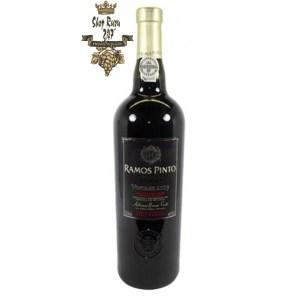 Rượu vang Đỏ Bồ Đào Nha Porto Ramos Pinto Vintage 2003 có một cường độ đáng kinh ngạc với màu đỏ anh đào tuyệt vời