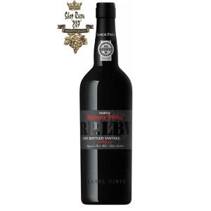 Rượu vang Bồ Đào Nha Ramos Pinto LBV DOC có mùitrái cây chín mọng, như mận và sô cô la, và chút cay cay