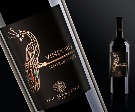 Rượu Vang Con Công Vindoro Negroamaro Salento Hòa quyện với nó trong sắc tím đầy mê hoặc ấy là đủ tinh vị từ hoa quả