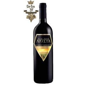 Rượu Vang Chile Đỏ Apalta Cabernet Sauvignon có mầu đỏ đậm sâu, hương vị trái cây kết hợp các loại gia vị và hạt tiêu tạo ra vị cân bằng hoàn hảo