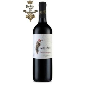 Vang Chile Đỏ Aves Del Sur Cabernet Sauvignon có mầu đỏ ruby hấp dẫn. Hương thơm của trái cây đặc trưng của anh đào, mâm xôi và nho.