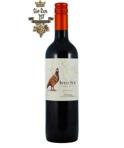 Rượu Vang Chile Đỏ Aves Del Sur Carmenere có mầu đỏ hồng đậm ánh tím. Hương vị của mâm xôi, mận đen, hạt tiêu đen cùng hương thơm