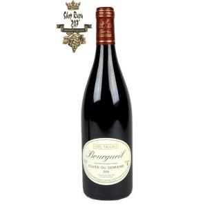 Rượu Vang Đỏ Domaine Joel Taluau Bourgueil có màu đỏ đẹp mắt. Hương thơm lan tỏa của các loại trái cây mầu đỏ, gỗ tuyết tùng, than chì