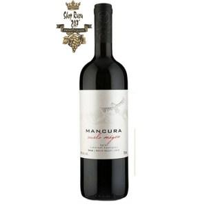 Rượu Vang Chile Đỏ Mancura Vuelo Magico có mầu đỏ đậm hấp dẫn. Hương thơm trái cây mầu đỏ với ghi chú của café và gia vị