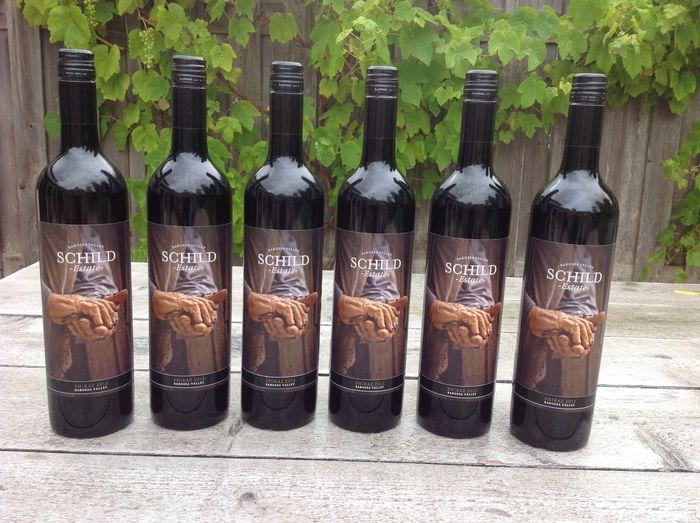 Rượu Vang Đỏ Úc Schild Estate Shiraz có mầu đỏ ruby. Hương thơm mạnh mẽ của quả mận, quả mọng mầu đỏ đậm,