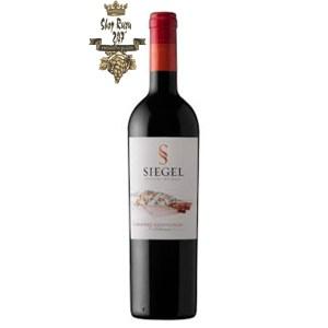 Rượu Vang Chile Siegel Special Reserve Cabernet Sauvignon có mầu đỏ hồng đậm. Hương thơm phức tạp của anh đào đen, thuốc lá và quế