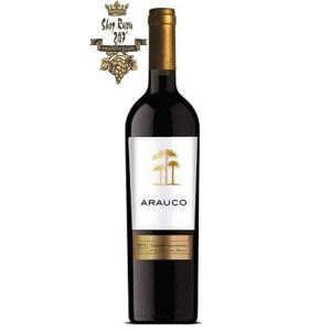 Arauco Cabernet Sauvignon có mầu đỏ đậm sâu. Hương thơm của các loại trái cây đen, thảo mộc nhẹ và một số sắc thái của mận và hạt tiêu.