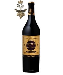 Rượu Vang Đỏ Pháp Tresor De Famille Bouey có mầu đỏ ruby. Hương thơm phức tạp của các loại trái cây chín đỏ như anh đào, nho đen,