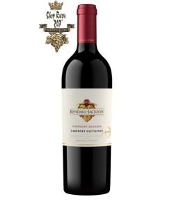 Rượu vang Mỹ Kendall Jackson Vintners Reserve Cabernet Sau Sonoma đọng lại trên khoang miệng của một chút cassis cùng với vani, thảo dược khô