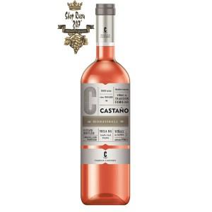 Rượu vang Tây Ban Nha Bodega Castano Yecla DO Rose toát lên từ hương thơm của những trái cây chín mọng như mận, dâu tây, đào,…
