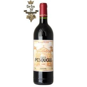 Rượu Vang Tây Ban Nha Tinto Pesquera Crianza có mầu đỏ tía mềm mại. Hương thơm của các loại trái cây mầu đỏ, táo kẹo, vani