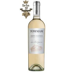 Rượu vang Ý Tommasi Le Volpare Soave Classico DOCG chứa màu vàng rơm tưới tắn làm nên dấu ấn của nhiều trái cây dày đặc