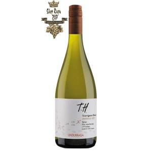 Vang Chile Trắng Undurraga Sauvignon Blanc có màu vàng chanh đẹp mắt. Sau khi mở vài phút chúng ta sẽ cảm nhận được hương thơm