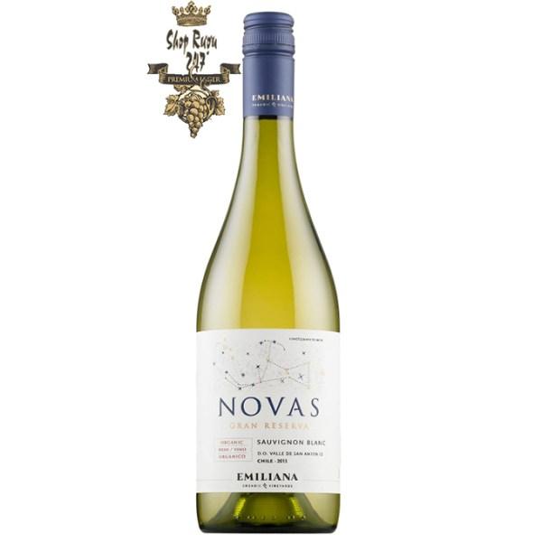 e Novas Gran Reserva Sauvignon Blanc Emiliana có mầu vàng xanh. Hương vị rất thơm của bưởi, dứa cùng với hương vị ớt xanh và tiêu trắng.