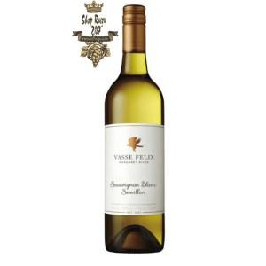 Rượu vang trắng Úc Vasse Felix Semillon Sauvignon Blanc mang nhiều tầng lớp khác nhau, phức tạp và hòa quyện một cách trọn vẹn