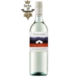 Rượu vang Úc Woolshed Sauvignon Blanc White sở hữu màu trắng tinh khiết, đôi lúc ánh lên màu hồng dâu nhạt