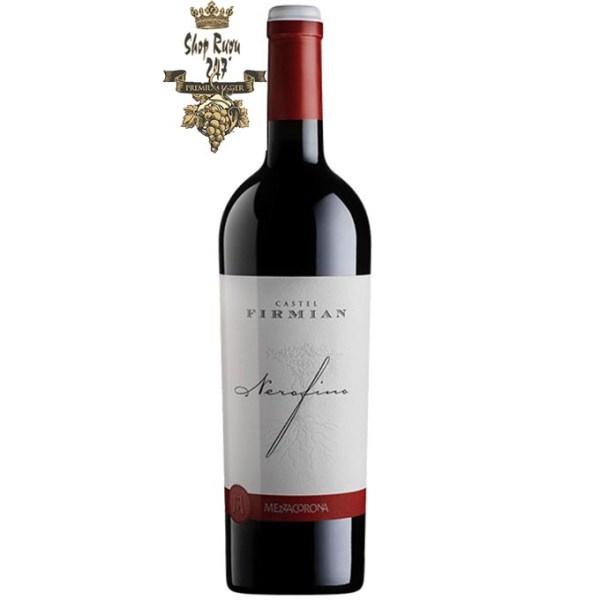 Rượu có màu đỏ ruby. Hương thơm ngọt ngào của trái cây màu tối, anh đào đen, vani, cacao và gia vị cay