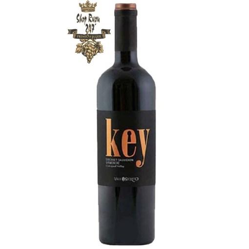 KEY Grand Reserve được sản xuất từ những trái nho Cabernet Sauvignon, hương vị đậm đà khó quyên, cùng với màu đỏ đậm pha chút ánh tı́m