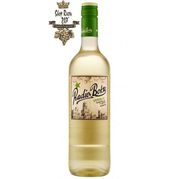 Rượu có màu vàng nhạt với ánh vàng xanh. Hương thơm mê hoặc của hoa chanh nồng nàn, táo chín, một chút gợi ý của đào và khoáng chất