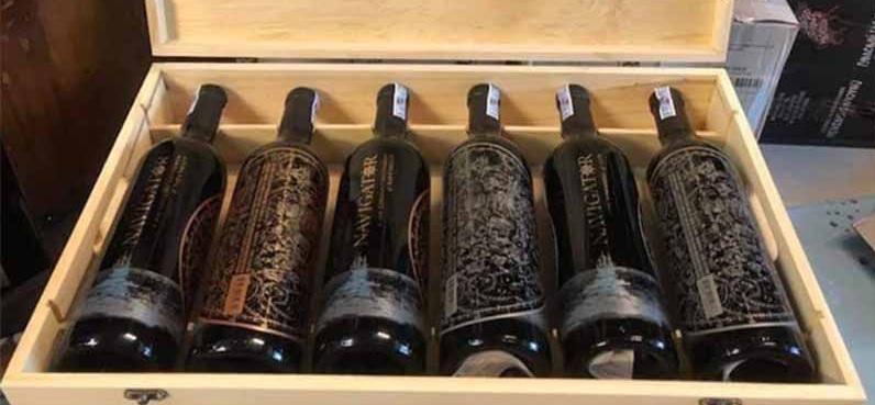Rượu Vang Đỏ Mỹ NAVIGATOR Zinfadel có màu đỏ đậm sâu ấn tượng. Được làm hoàn toàn từ giống nho Zinfadel.