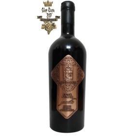 một loại rượu với hương thơm trái cây khô, bạc hà và da thuộc với hương vị của mận đen, vani và một chút gia vị
