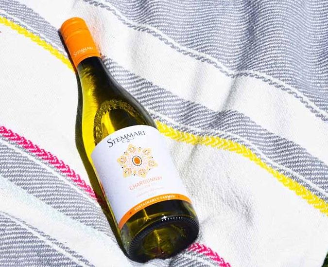 Nguồn gốc của giống nho Chardonnay này được thể hiện rõ ràng bằng màu vàng rơm trong ly, mềm mại