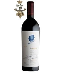 Rượu Vang Đỏ Mỹ Opus One có màu đỏ đậm tươi sáng, thanh lịch. Mang đến một hương thơm xa hoa của các loại trái cây