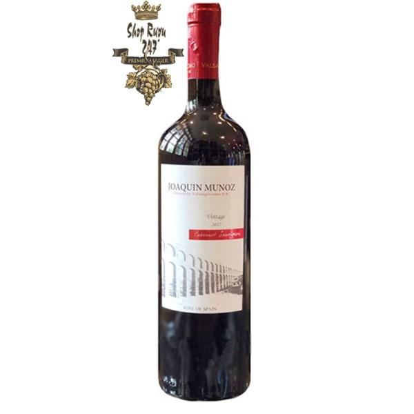 Vang Đỏ Tây Ban Nha Joaquin Munoz có màu đỏ ruby nhạt, vô cùng đẹp mắt. Hương thơm của rượu là sự phức hợp của các loại hoa quả