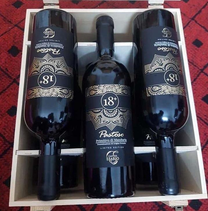 Rượu Vang Ý 18+ Pastoso Primitivo Limited Edition có màu đỏ hồng ngọc đậm vô cùng đẹp mắt. Với ghi chú gợi nhớ đến các loại quả chin