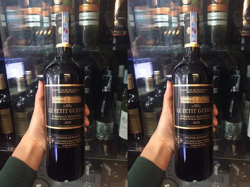 Rượu Vang Đỏ Pháp LE PETIT GUERRY có màu hồng ngọc đậm có hương vị pha lẫn giữa mùi hương liệu ngào ngạt