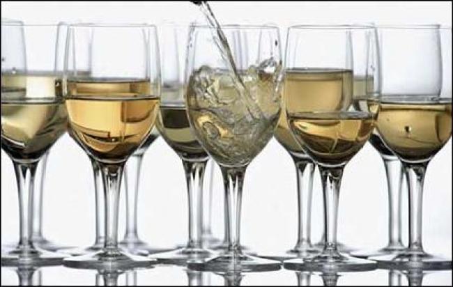 Khi chọn một ly rượu, hãy xem xét các yếu tố sau:  Loại có thân Chiều dài thân Kích thước chân Hình dáng bầu ly