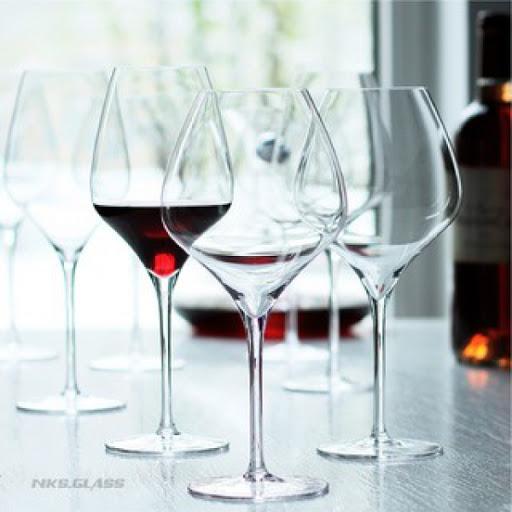 Ly rượu vang đỏ có miệng bát tròn, rộng, giống như những chiếc ly bóng. Hình dạng bầu rộng làm tăng diện tích bề mặt tiếp xúc