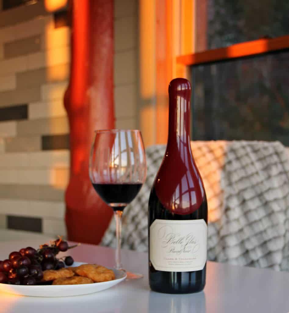 Hương vị của Pinot Noir trẻ hơn ít phức tạp hơn và hương trái cây đỏ có xu hướng nổi bật nhất.