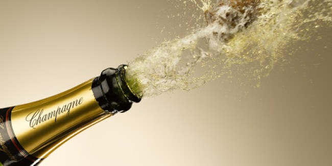 """Có một điều gì đó vô thời gian về việc nâng cốc chúc mừng trước một ly Champagne. Thật dễ dàng để tưởng tượng rằng """"tiếng nổ"""