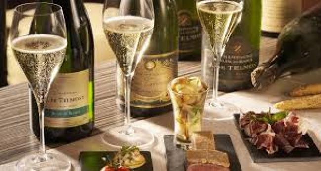 Champagne được làm theo cách được gọi là phương pháp truyền thống , còn được gọi là phương pháp Champagne